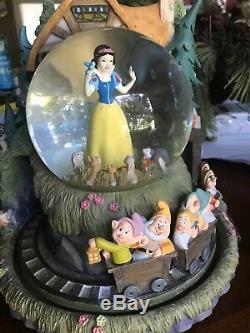Disney STORE Exclusive Snow Whites Cottage Animated Musical Snow globe W Box